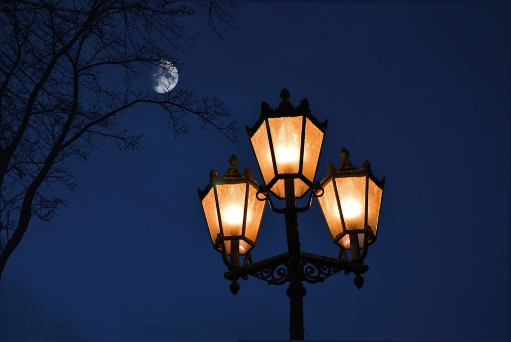 street lamp 4668310 1280 1024x686 - Ландшафтная подсветка дворов и общественных мест