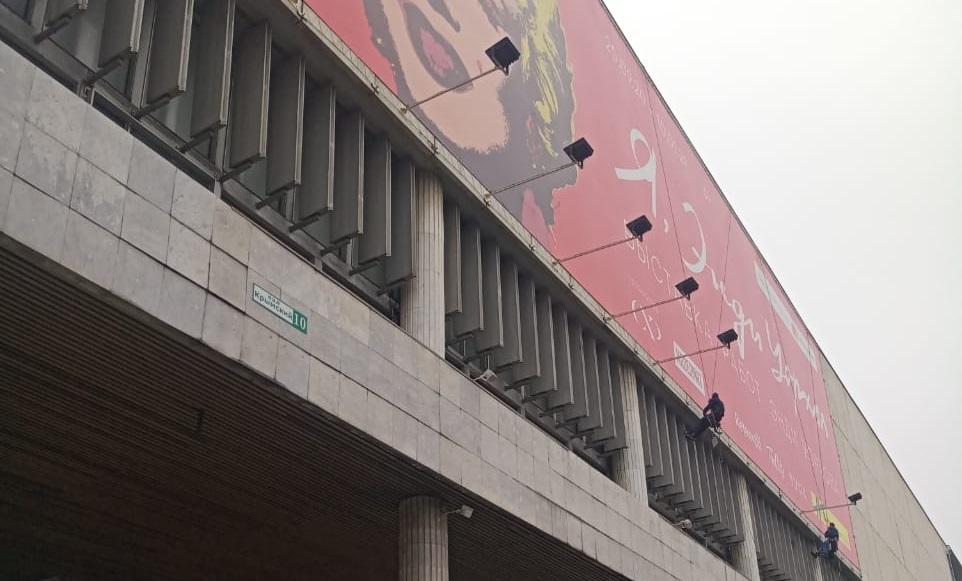 Подсветка большого баннера на фасаде здания